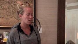 Kendra and Hank have a heart to heart before Kendra's trip to London.