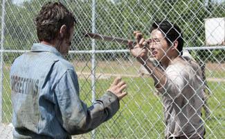 twd-episode-301-glenn-fence-325.jpg