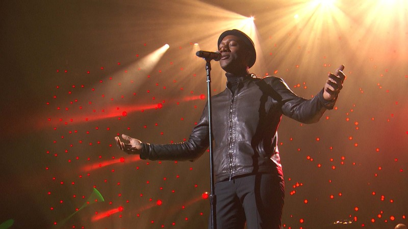 "Aloe Blacc Performs ""Watching the Wheels"" at the Imagine: John Lennon 75th Birthday Concert"