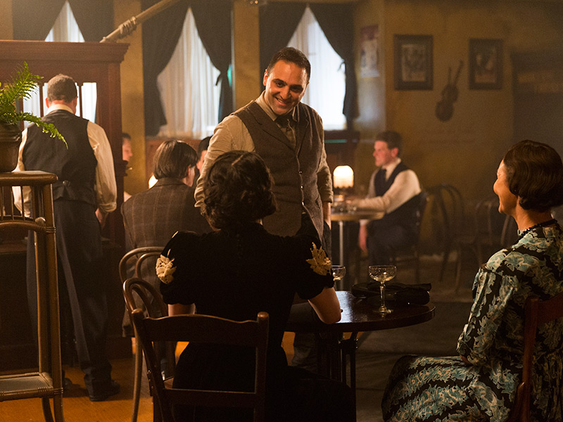 making-of-the-mob-201-al-capone-bar-smiling-800×600