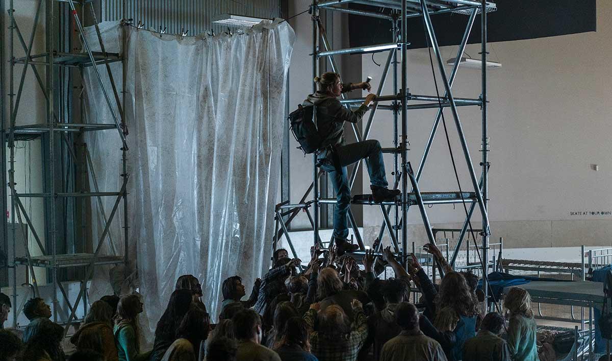 """Go on Set of <em>Fear the Walking Dead</em> Episode 6 for Naomi's """"Ninja Warrior"""" Stunt"""