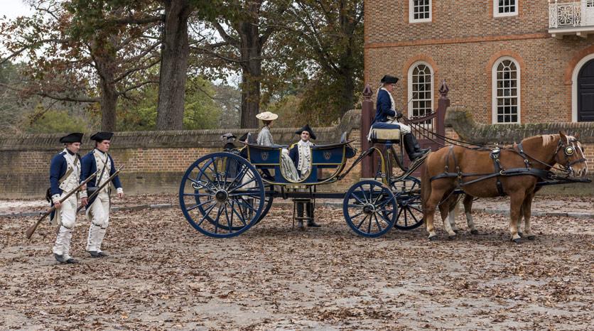 Benedict Arnold (Owain Yeoman) e Peggy Shippen (Ksenia Solo) en Episodio 1 Foto de Antony Platt/AMC
