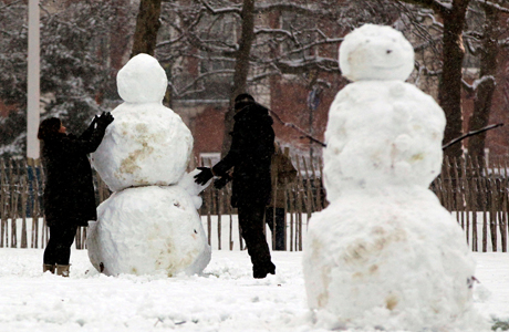 Winter weather Jan 20th. People building a snowman in St James Park, central London. Picture date: Sunday January 20, 2013. Photo credit should read: Yui Mok/PA Wire URN:15583823 (Press Association via AP Images)