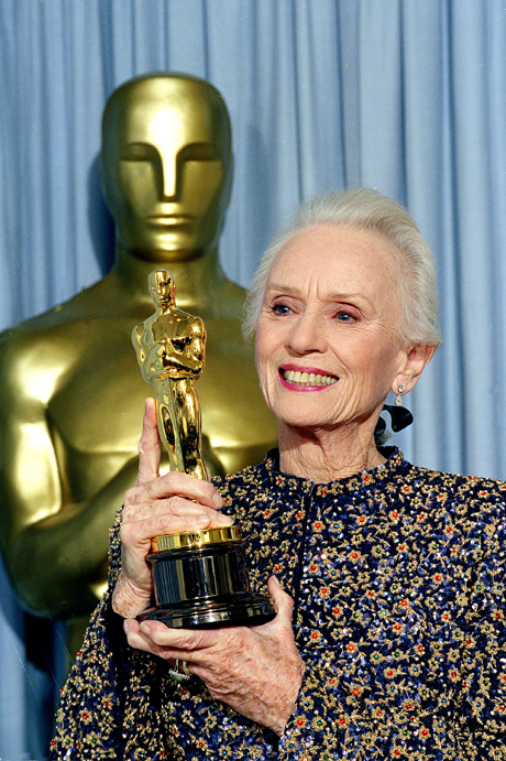 "Actress Jessica Tandy holds up the Oscar she won for her role in ""Driving Miss Daisy,"" at the 62nd Annual Academy Awards in Los Angeles, March 26, 1990.  (AP Photo/Doug Pizac)"