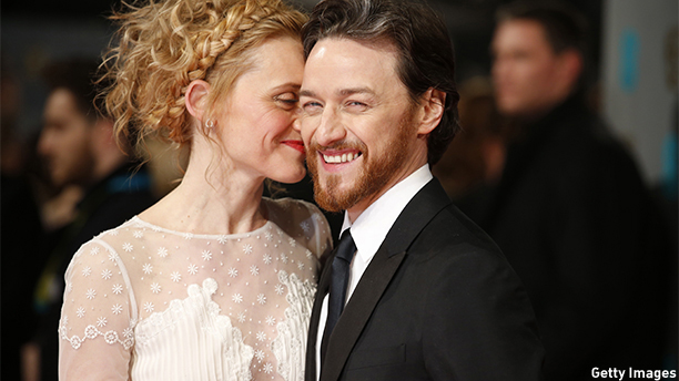 British actor James McAvoy (R) and his wife Anne-Marie Duff pose for pictures as they arrive on the red carpet for the BAFTA British Academy Film Awards at the Royal Opera House in London on February 8, 2015. AFP PHOTO / JUSTIN TALLIS        (Photo credit should read JUSTIN TALLIS/AFP/Getty Images)