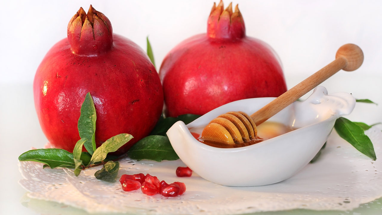Honey and pomegranate, two symbols of Rosh Hashanah. (Photo: Fotolia)