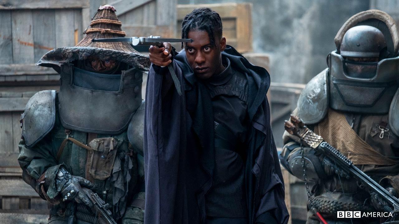 Sam Adewunmi spelar nattvaktens antagonist Carcer Dun. Bild från BBC America.