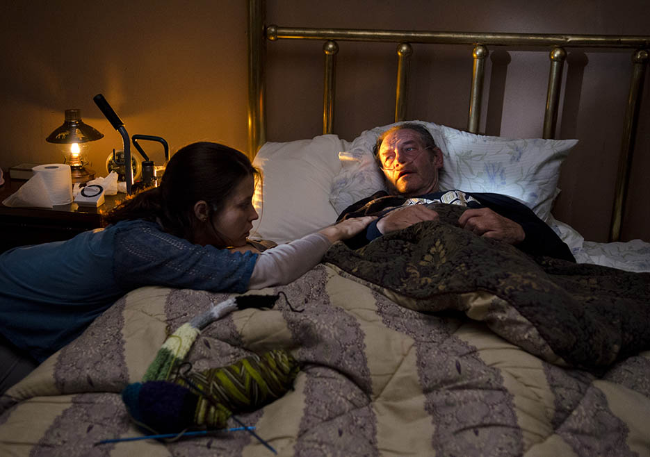 Lilly Chambler (Audrey Marie Anderson) and David Chambler (Danny Vinson) in Episode 6 of The Walking Dead
