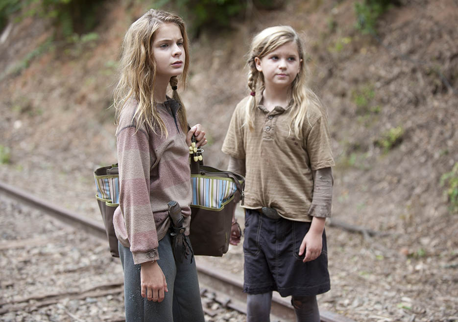 Lizzie (Brighton Sharbino) and Mika (Kyla Kenedy) in Episode 10 of The Walking Dead