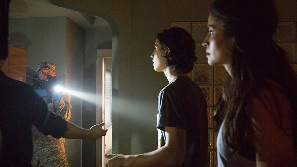 Christopher Manawa (Lorenzo James Henrie) y Ofelia Salazar (Mercedes Mason) en Episodeio 4  / Photo by Justina Mintz/AMC