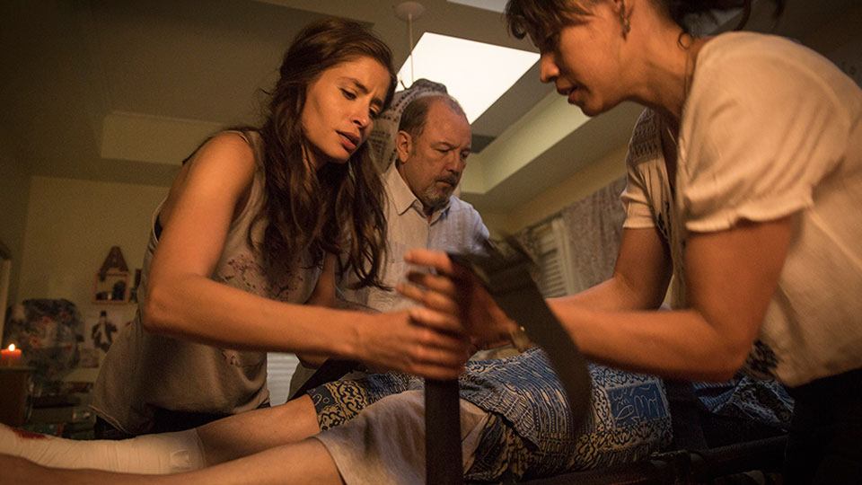 Ofelia Salazar  (Mercedes Mason), Daniel Salazar (Ruben Blades) y Liza Ortiz (Elizabeth Rodriguez) en Episodio 4 / Photo by Justina Mintz/AMC