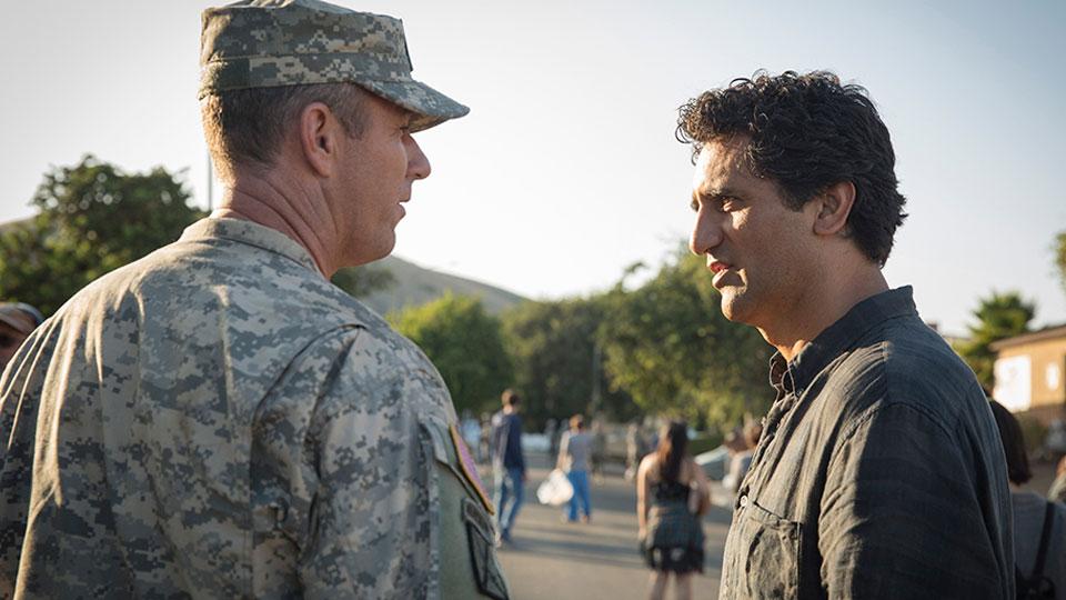 Lt. Moyers (Jamie McShane) y Travis Manawa (Cliff Curtis) en Episodio 4 / Photo by Justina Mintz/AMC