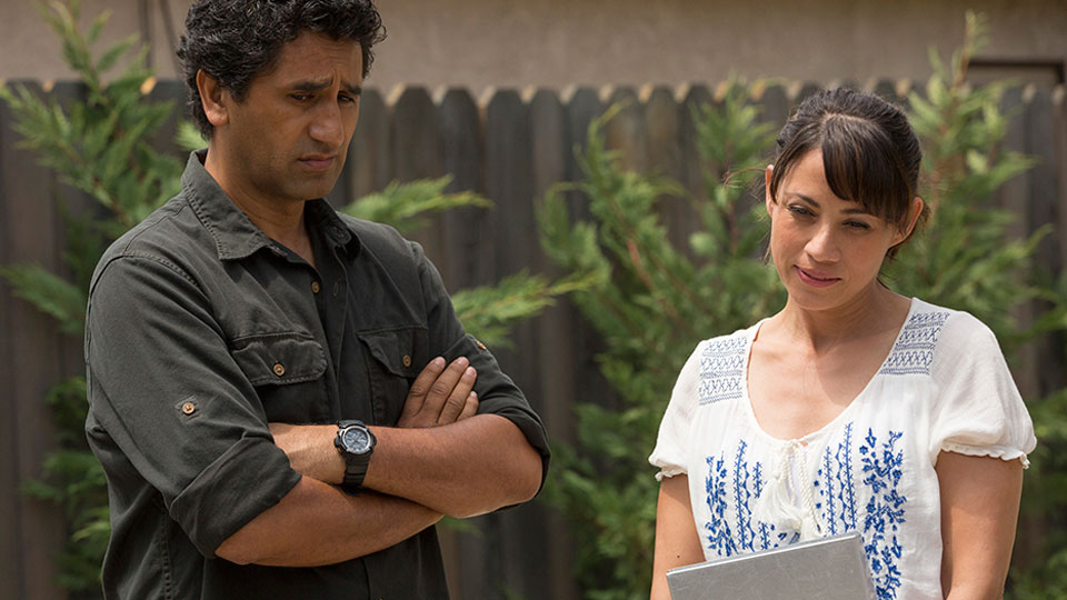 Travis Manawa (Cliff Curtis) y Liza Ortiz (Elizabeth Rodriguez) en Episodio 4 / Photo by Justina Mintz/AMC