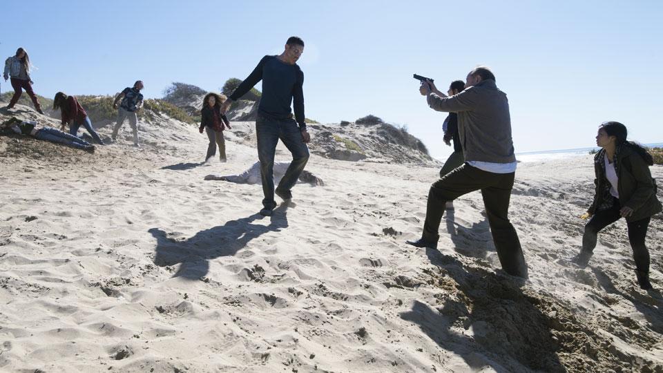 Daniel Salazar (Ruben Blades) y Alex (Michelle Ang) en Episodio 3 Photo by Richard Foreman/AMC