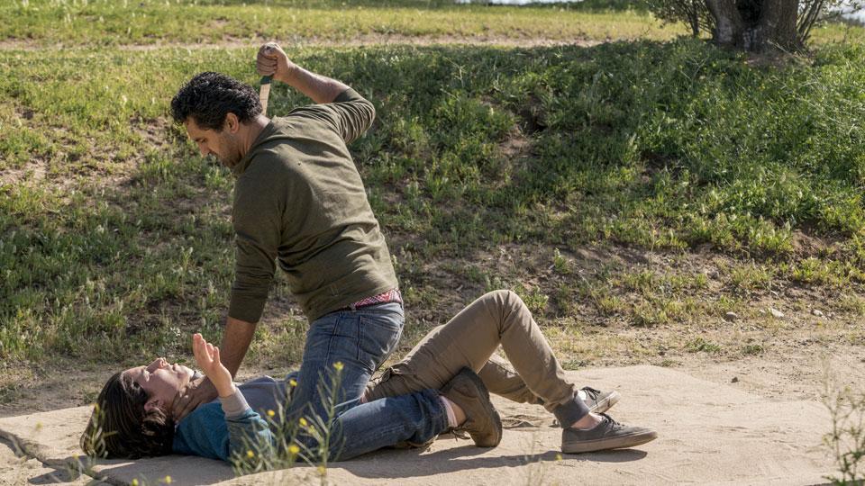 Travis Manawa (Cliff Curtis) y Christopher Manawa (Lorenzo James Henrie) en Episodio 7 Photo by Richard Foreman/AMC