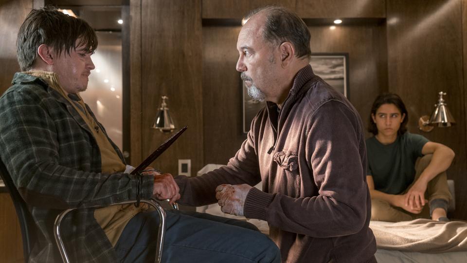 Daniel Salazar (Ruben Blades)  y Christopher Manawa (Lorenzo James Henrie) en Episodio 5 Photo by Richard Foreman/AMC