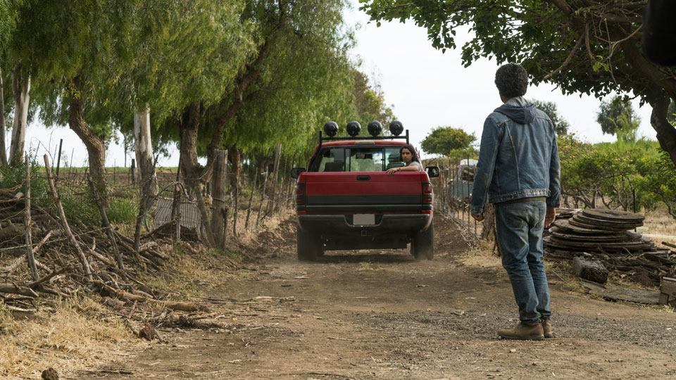 Christopher Manawa (Lorenzo James Henrie) y Travis Manawa (Cliff Curtis) en Episodio 13 Photo by Richard Foreman/AMC