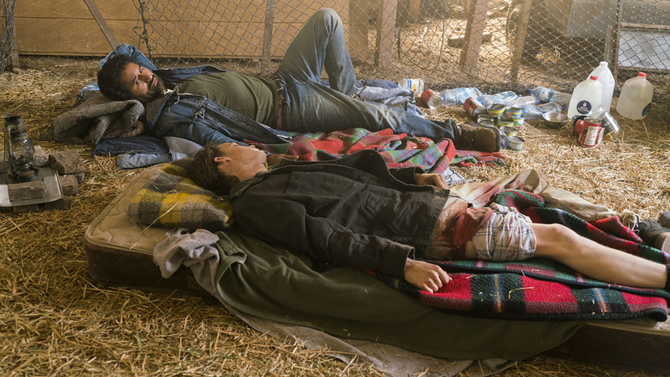 Travis Manawa (Cliff Curtis) y James (Israel Broussard) en Episodio 13 Photo by Richard Foreman/AMC