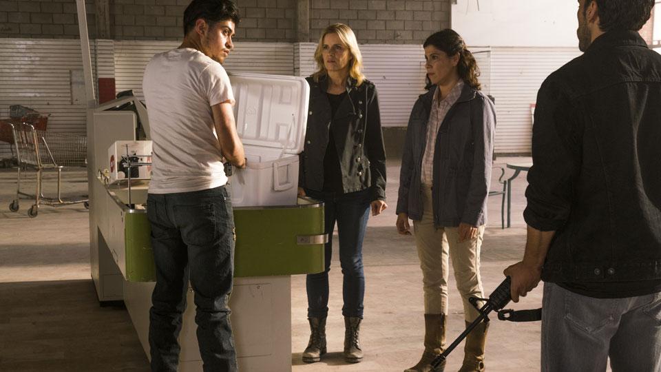 Antonio (Ruben Carbajal), Madison Clark (Kim Dickens) y Elena Reyes (Karen Bethzabe) en Episodio 12 Photo by Richard Foreman/AMC