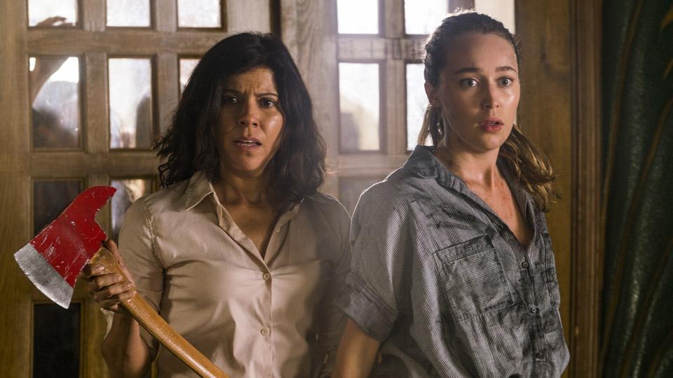 Elena Tobar (Karen Bethzabe) y Alicia Clark (Alycia Debnam-Carey) en Episodio 10 Photo by Richard Foreman/AMC