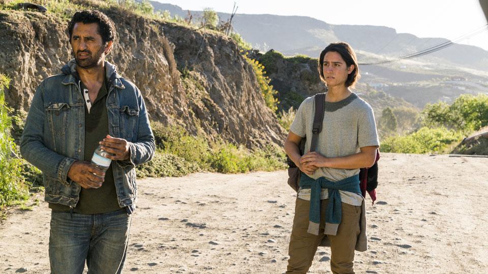 Travis Manawa (Cliff Curtis) y Christopher Manawa (Lorenzo James Henrie) en Episodio 10 Photo by Richard Foreman/AMC
