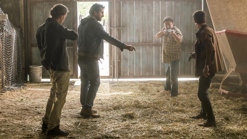 James (Israel Broussard), Travis Manawa (Cliff Curtis) y Brandon (Kelly Blatz) en Episodio 10 Photo by Richard Foreman/AMC