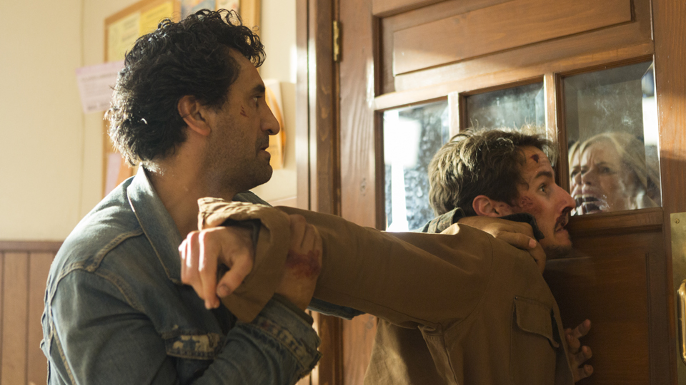 Travis Manawa (Cliff Curtis) e Brandon (Kelly Blatz) no Episódio 14 Foto de Richard Foreman/AMC